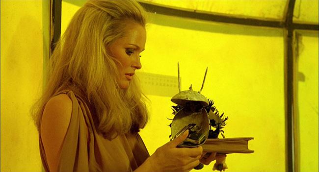 Caroline discovers Marcello's gun, hidden inside a mechanical toy.